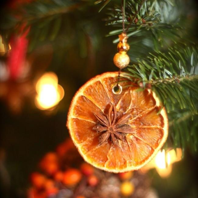 Une excellente alternative aux jouets familiers - des tranches d'orange séchées avec une étoile d'anis