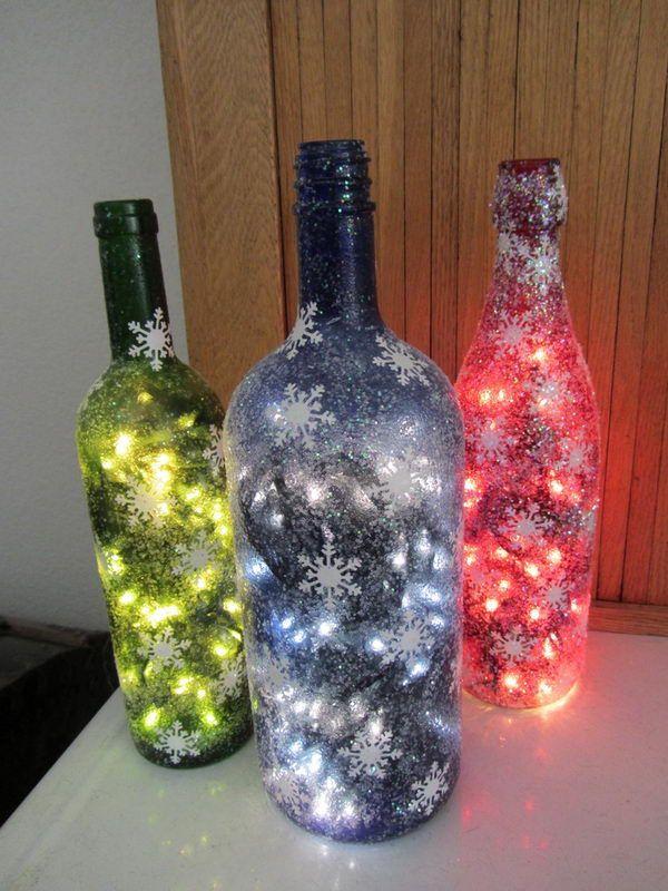 À l'aide d'une guirlande colorée et d'une bouteille, vous pouvez créer un élément de décoration aussi inhabituel.