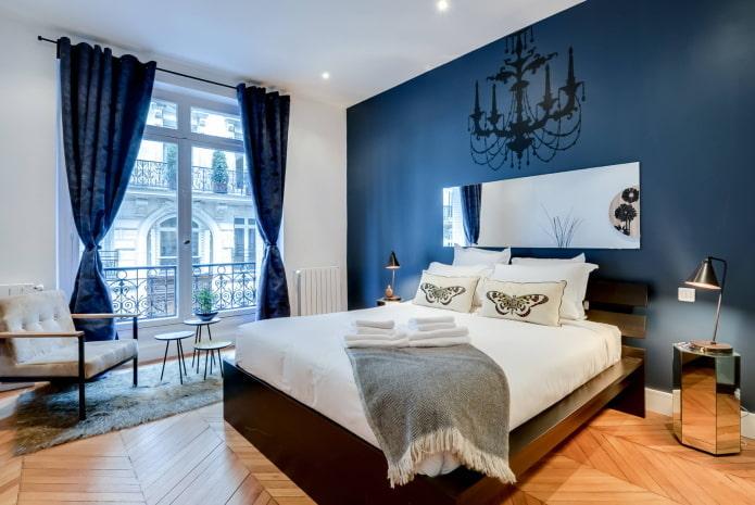 Chambre avec mobilier marron