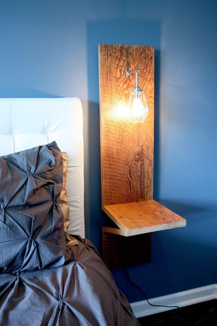 Lampe en bois près du lit
