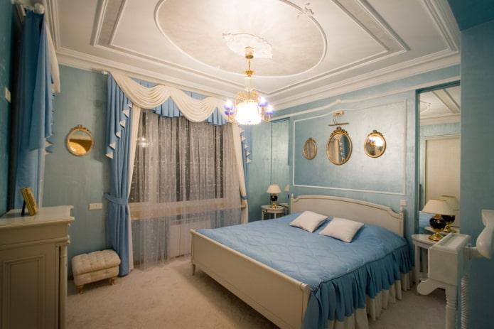 Chambre classique avec lumière dorée