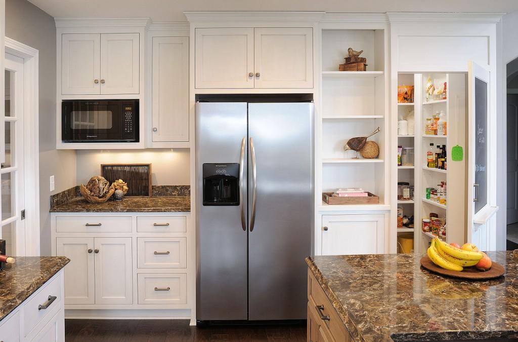 Le réfrigérateur de couleur métal a fière allure dans n'importe quel style d'intérieur