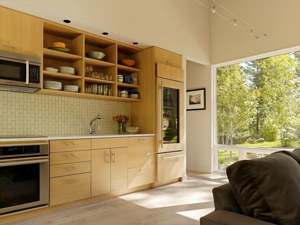 Un réfrigérateur éco-style, en le plaçant près de la fenêtre, vous pourrez observer le reflet de la nature dans l'insert en verre