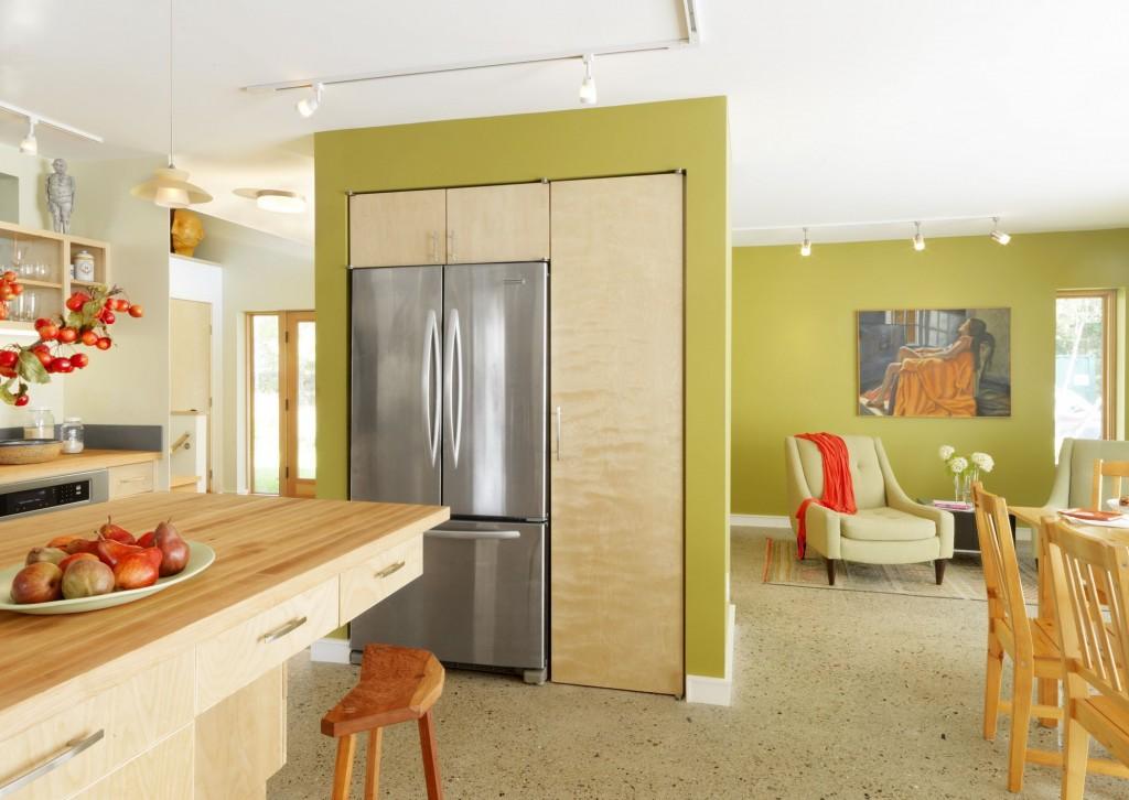 Dans un studio, un réfrigérateur encastré dans un petit mur offre non seulement un confort dans la cuisine, mais sert également d'élément de zonage de la pièce