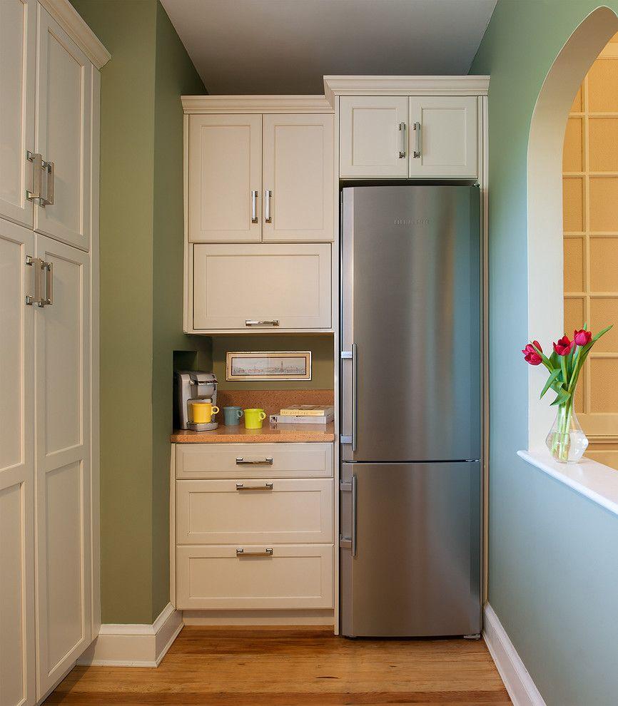 Un réfrigérateur étroit permet de gagner de la place dans une petite cuisine