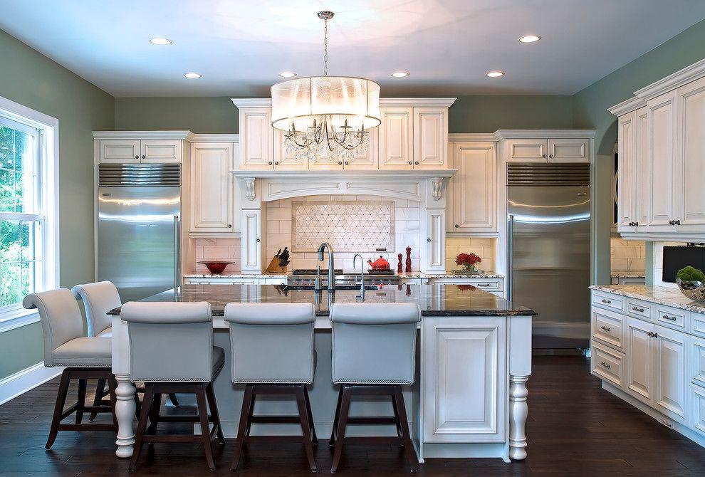 Composition symétrique dans la cuisine - réfrigérateur et congélateur dans les coins opposés du mur