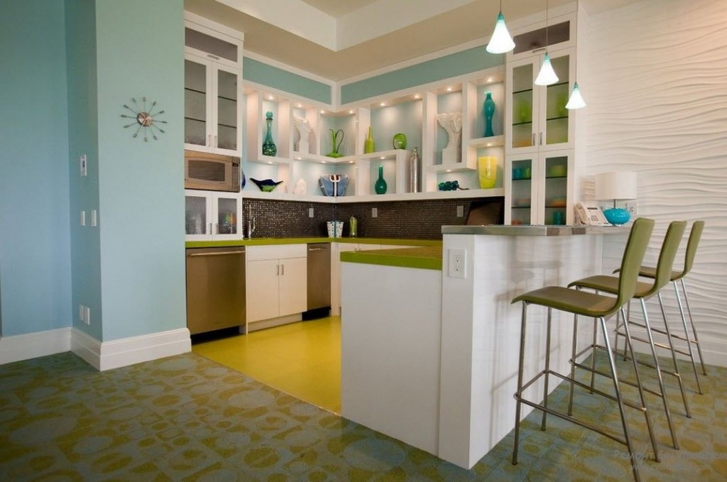 Lorsque l'espace est limité, il est pratique de placer un petit réfrigérateur et un congélateur sous le comptoir