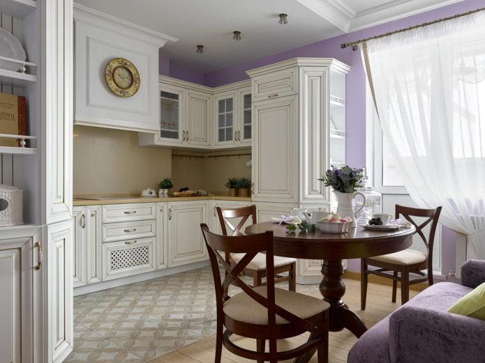rideaux sur le balcon ouvrant dans la cuisine
