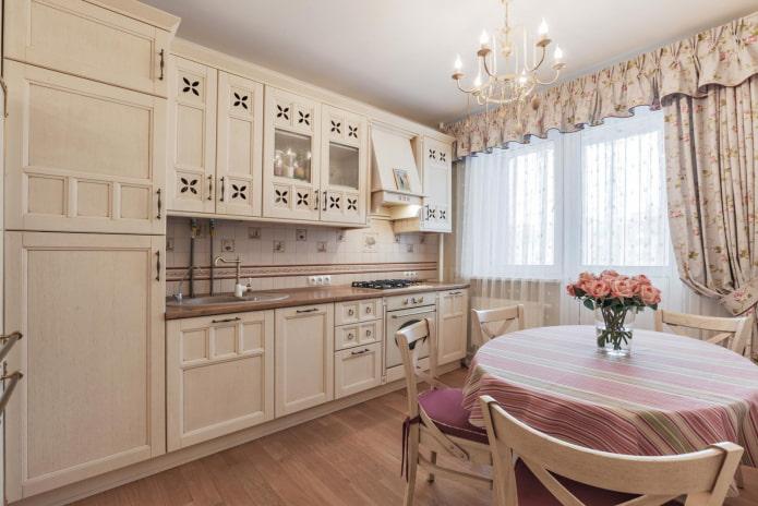 balcon ouvrant avec rideaux dans la cuisine de style provençal