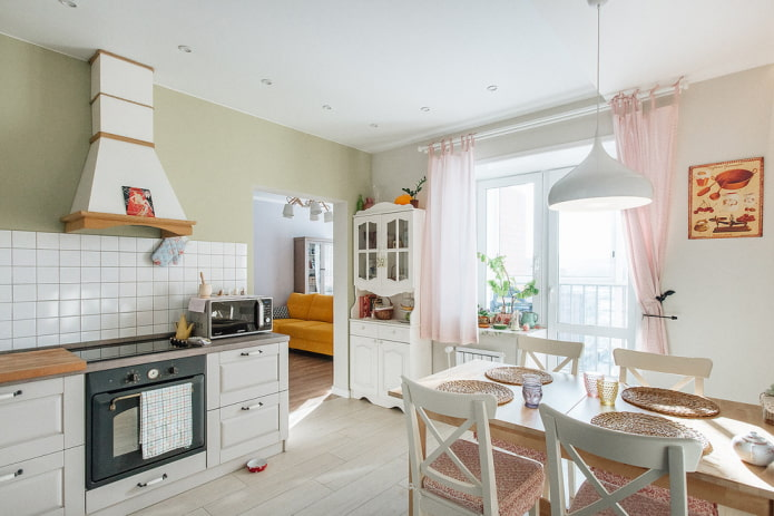 rideaux courts sur le balcon ouvrant dans la cuisine