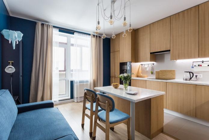 longs rideaux sur le balcon ouvrant dans la cuisine