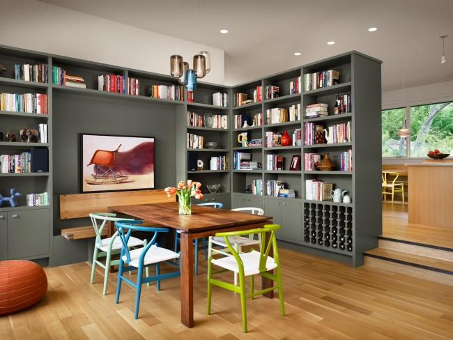 Les étagères avec un grand nombre de livres, selon le Feng Shui, sont une source d'énergie négative, et les étagères ouvertes sont encore plus une source de