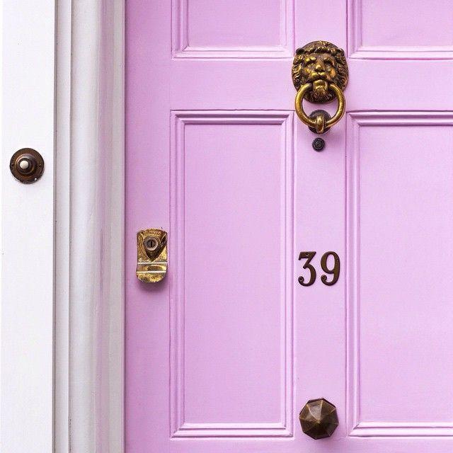 Dans la théorie du feng shui, on pense que les vieilles portes d'entrée sont indésirables, mais elles peuvent toujours être mises à jour avec un décor.  Pour améliorer l'équilibre des différentes origines, il est recommandé de peindre la porte en rouge ou d'une autre couleur vive appropriée, ou d'installer des garnitures dorées.  Cela permettra aux énergies Shen Chi de dominer.