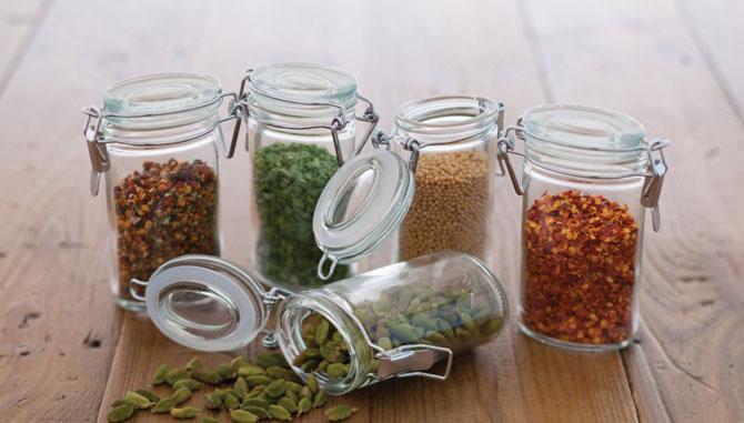 Les petits bocaux en verre avec couvercles à clipser sont une option pratique et populaire.
