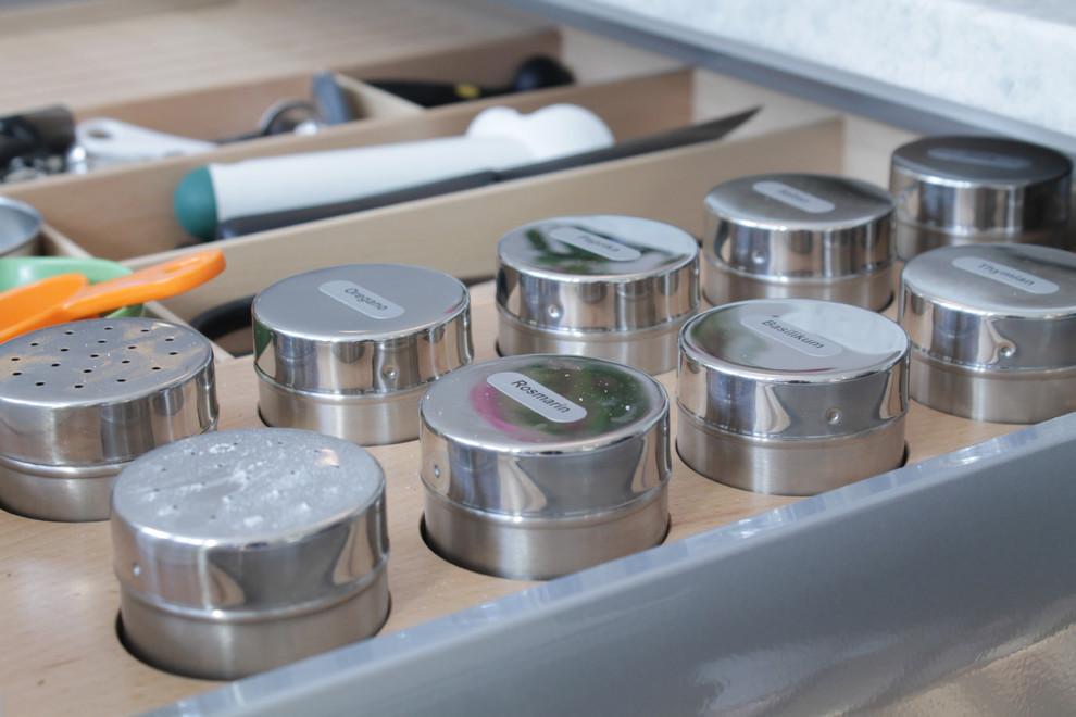 Les boîtes de conserve sont bonnes pour les épices qui doivent être cachées de la lumière naturelle