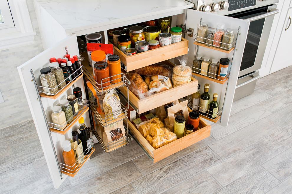 Petite armoire avec étagères pour ranger diverses épices