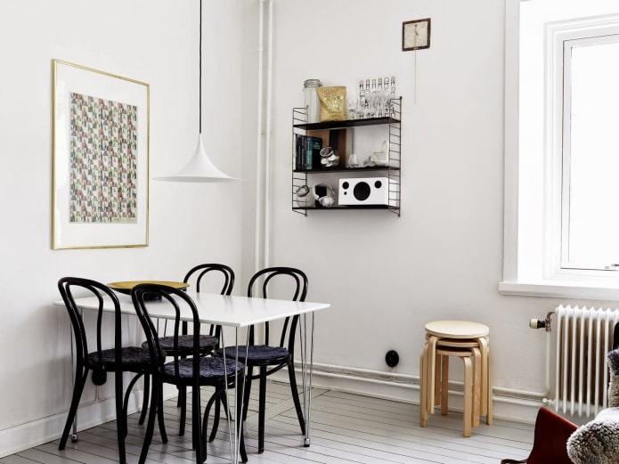 chaise noire à l'intérieur de la cuisine