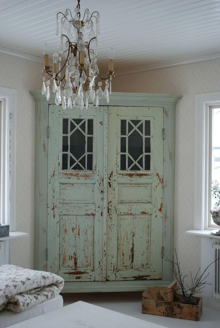Armoire d'angle vieillie - un détail individuel dans votre décoration d'intérieur