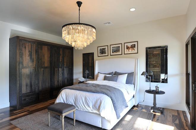 L'armoire pivotante dans la chambre, en bois de couleur et de texture complexes, ajoutera une atmosphère particulière