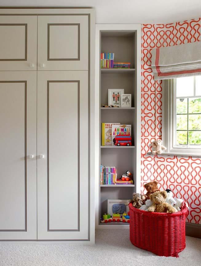 Pour gagner de la place, il existe une variante d'armoire avec mezzanine en haut.