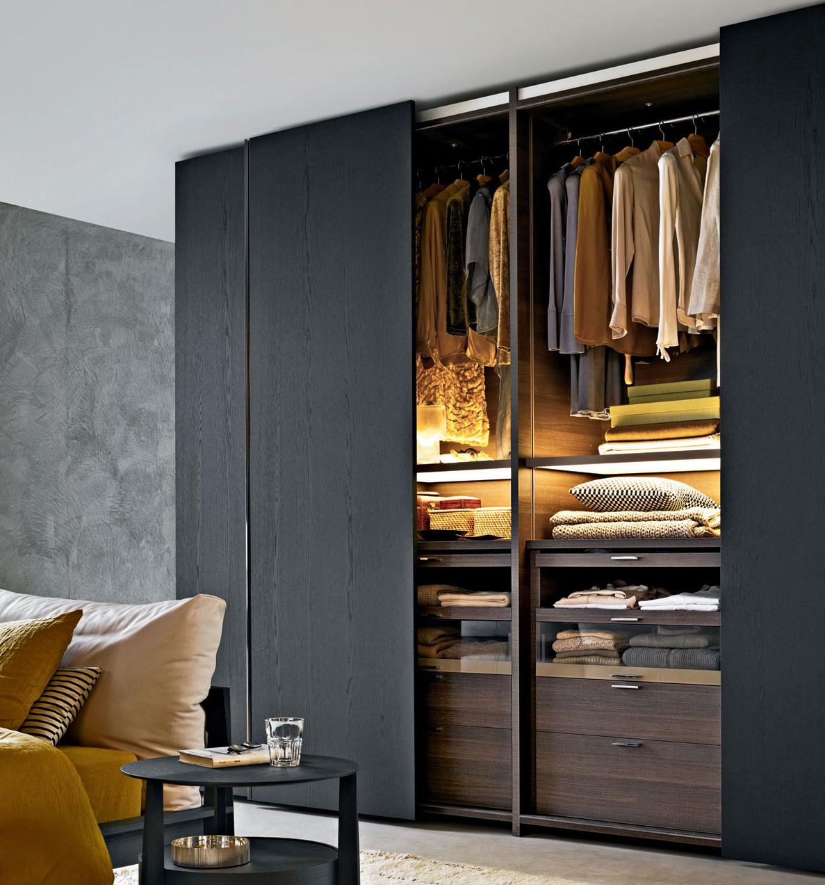 L'éclairage dans l'armoire est une chose irremplaçable, cela accélérera la recherche des choses dont vous avez besoin