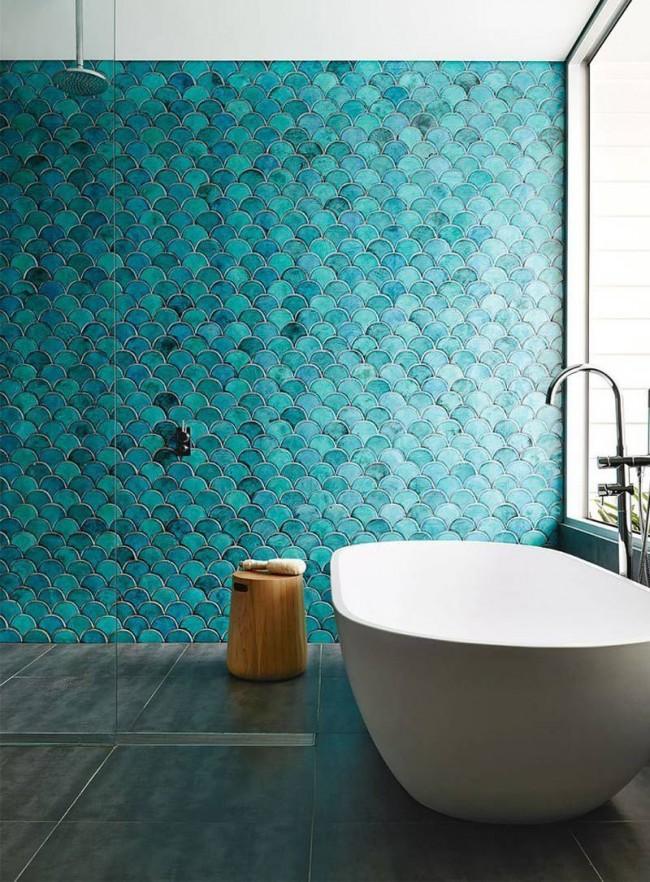 Intérieur de style fusion avec baignoire en acrylique