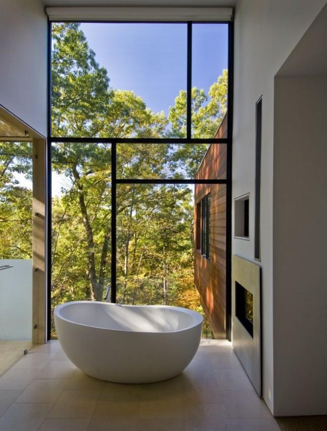 Baignoire acrylique près de la fenêtre panoramique