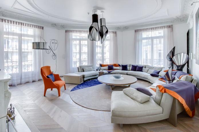 Canapé rond dans un grand salon