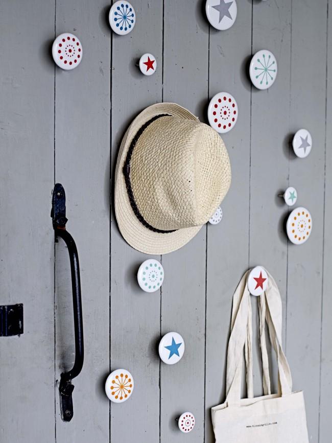 Le support mural est un moyen pratique et élégant de ranger les vêtements