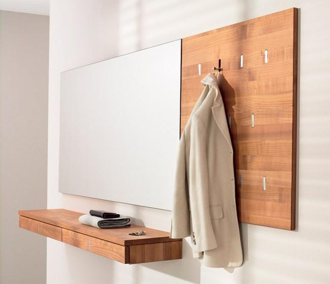 Un support mural dans le couloir peut devenir, bien que pas un remplacement équivalent, mais tout à fait fonctionnel pour une armoire