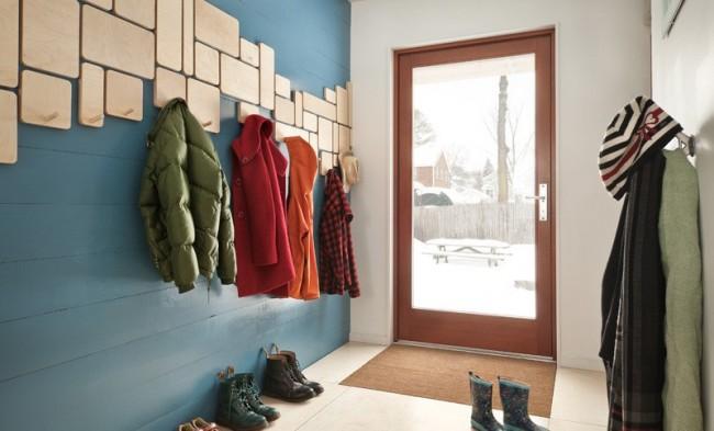 Le cintre pour le couloir est exactement le meuble qui vous aidera à organiser correctement l'espace et à mettre les choses en ordre ici.