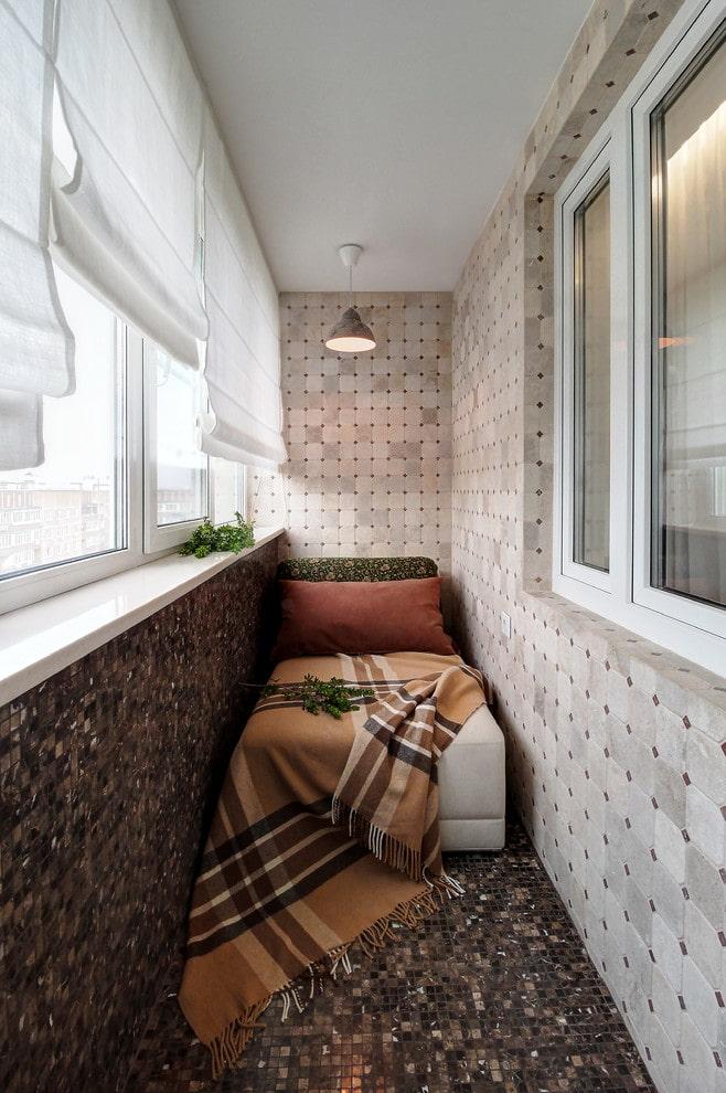 rideaux et décoration sur le balcon de l'appartement Khrouchtchev