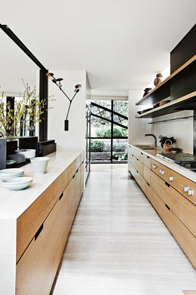 Cuisine lumineuse moderne avec deux rangées de meubles