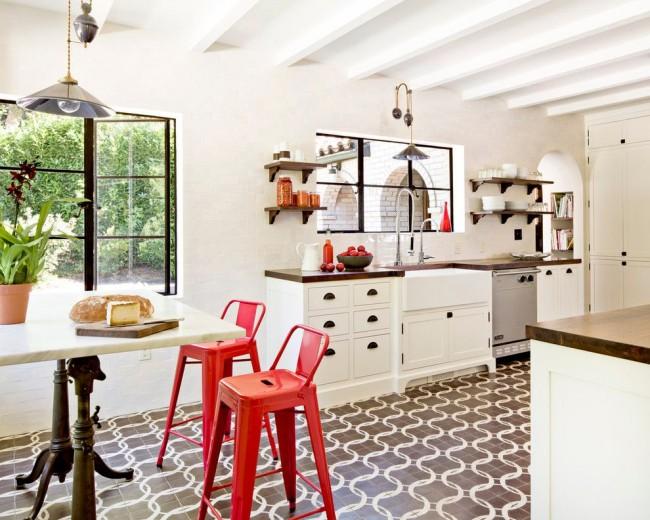 Cuisine éclectique avec chaises rouge vif