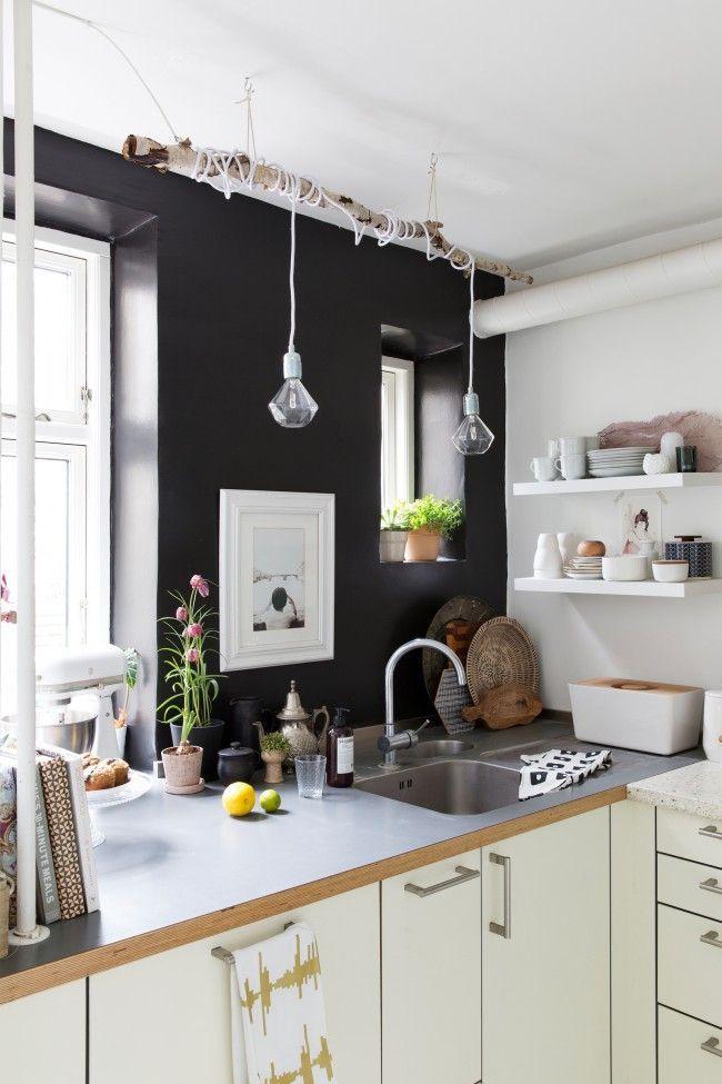 Cuisine d'angle noir et blanc avec une lampe intéressante