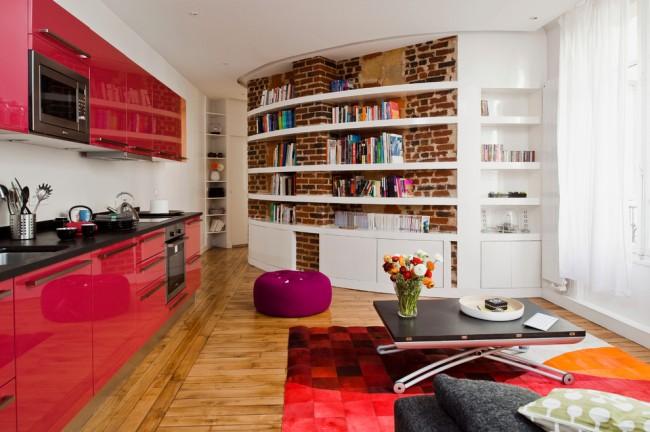 Un agencement de meubles à une rangée dans la cuisine convient à un grand carré