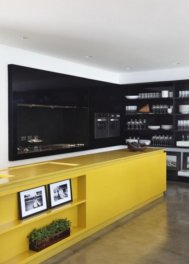 Cuisine noire et jaune à la mode avec buffet ouvert