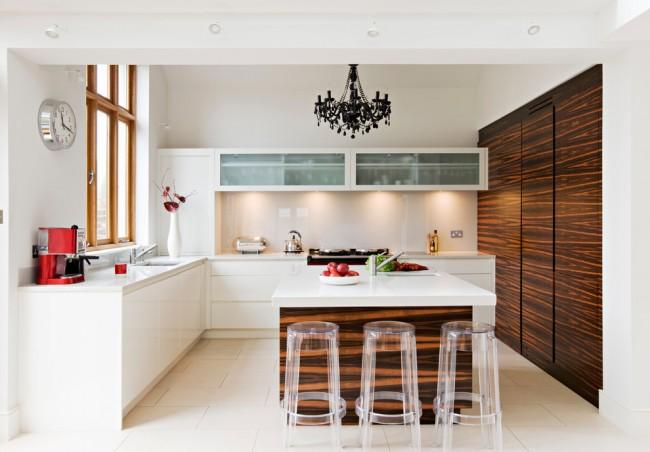 Placement en îlot des meubles de cuisine dans un intérieur moderne