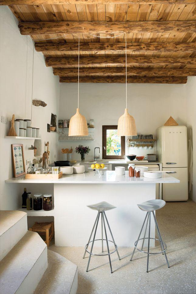 Le placement en semi-îlot des meubles dans la cuisine convient à un studio de cuisine