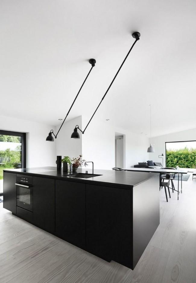 Lampes inhabituelles dans une cuisine moderne et élégante