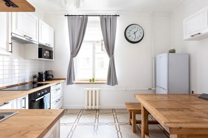 réfrigérateur dans le coin à l'intérieur de la cuisine