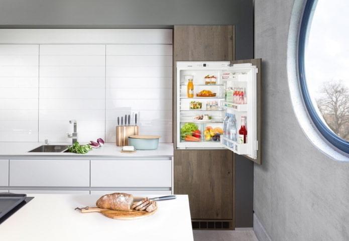 réfrigérateur intégré au casque à l'intérieur de la cuisine