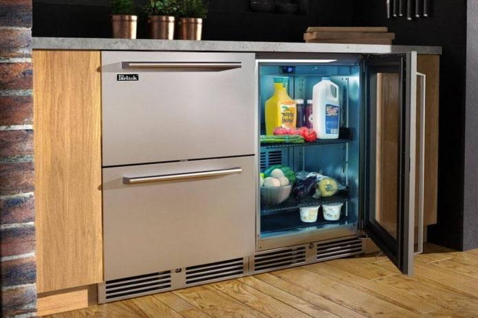 réfrigérateur sous le comptoir à l'intérieur de la cuisine