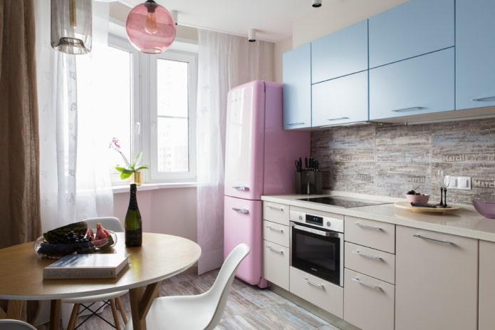réfrigérateur près de la fenêtre à l'intérieur de la cuisine