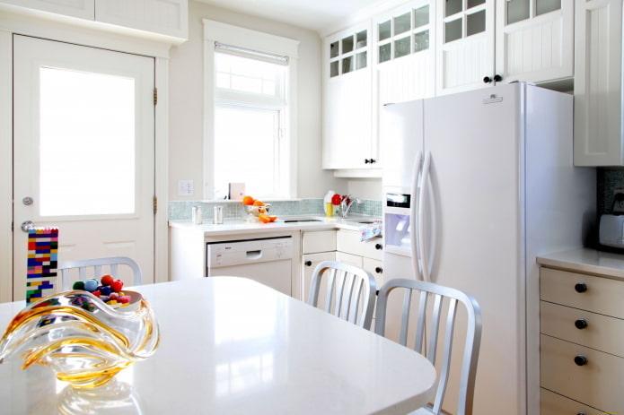 réfrigérateur au milieu du casque à l'intérieur de la cuisine