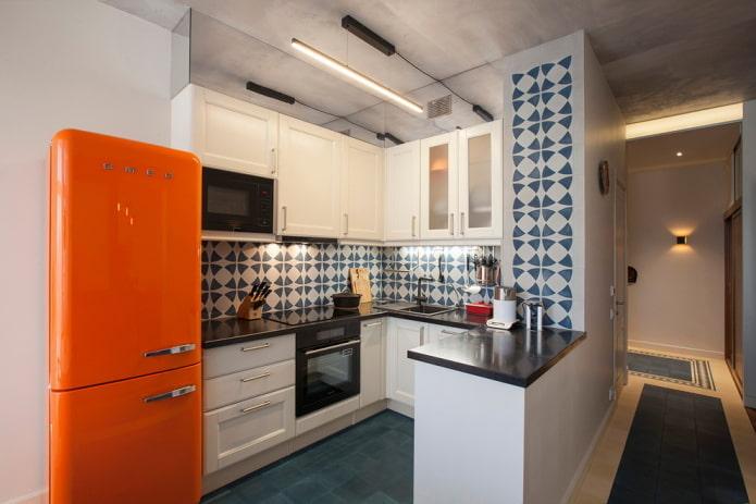 réfrigérateur autonome à l'intérieur de la cuisine