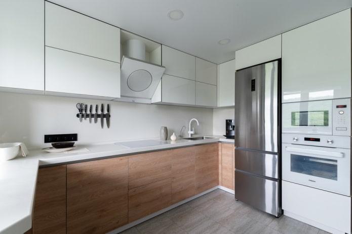 réfrigérateur à côté de l'évier à l'intérieur de la cuisine