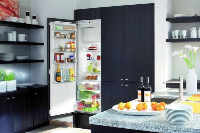 réfrigérateur dans le placard à l'intérieur de la cuisine