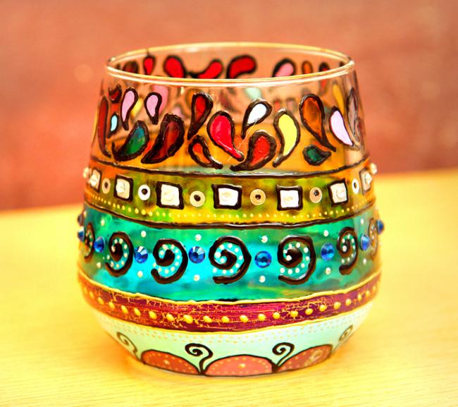 Peinture avec des peintures de vitrail dans le style ethno