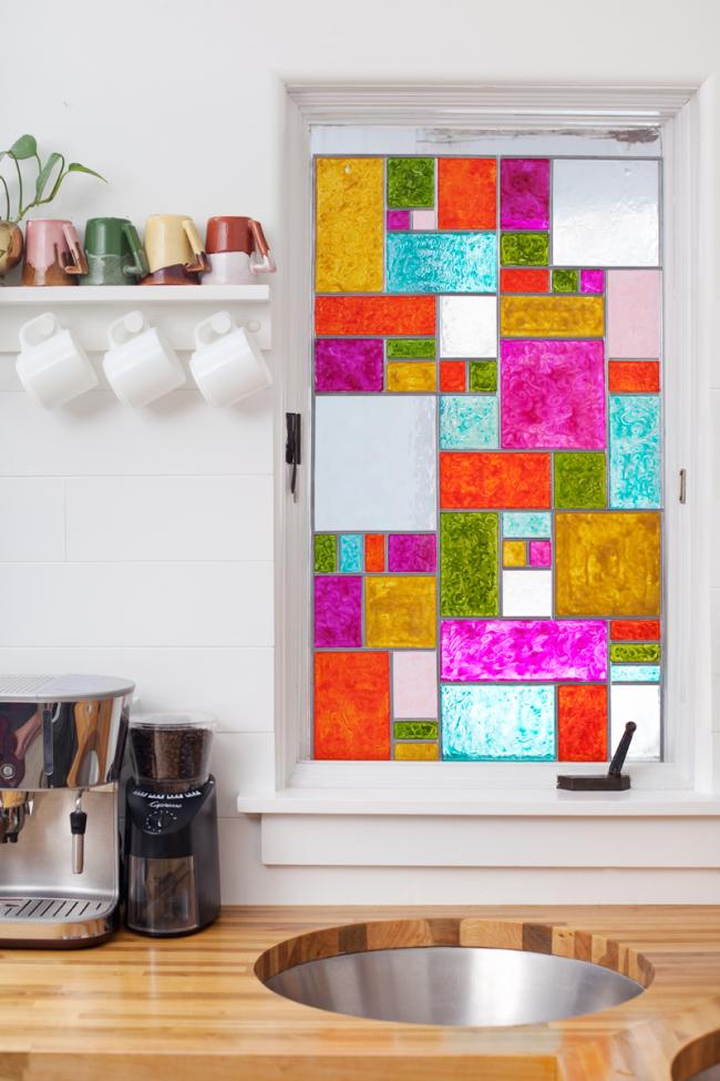 Décorer la fenêtre de la cuisine avec des peintures pour vitraux brillants